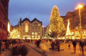 BASEL - Marktplatz mit Weihnachtsbeleuchtung und dem grossen, von Johann Wanner geschmueckten Weihnachtsbaum. Market square with Christmas illumination and the big Christmas tree decorated by Johann Wanner. Copyright by Basel Tourismus/Byline: swiss-image.ch
